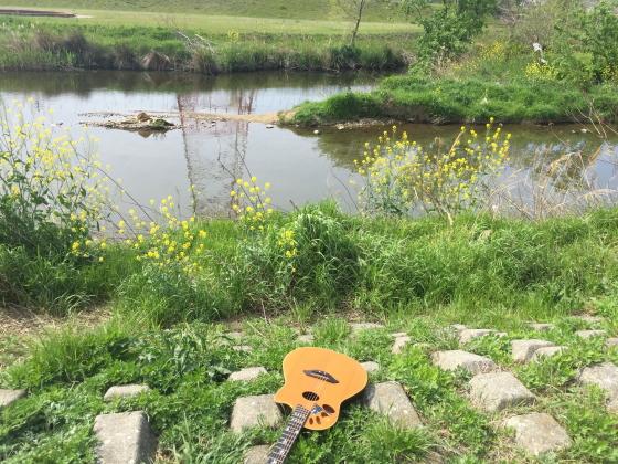 小川でギター